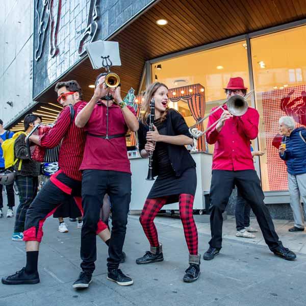 Vernissage en fanfare – Expo 2.0 Au fil de la joie du Théâtre des Marionnettes